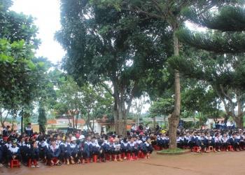 Đồng hành cùng học sinh đến trường tại Trường THCS A Ma Trang Lơng, xã Dliê Ya.